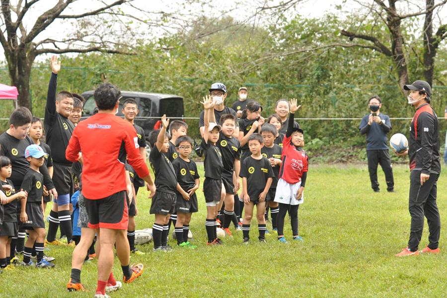 染山選手(左)との1対1対決に志願する子どもたち。右は中園選手