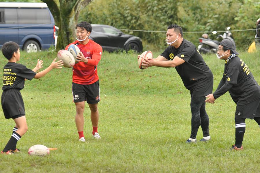 3人のコーチのうち、誰からパスが来るか分からない状況でキャッチする練習。左が染山選手